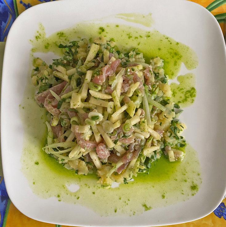 Bild 1 Thunfisch roh mit Kartoffel-Kräuter-Stampf und Bärlauchöl