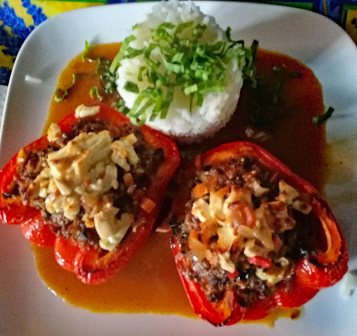 Paprika gefüllt mit Hackfleisch, Feta und Reis