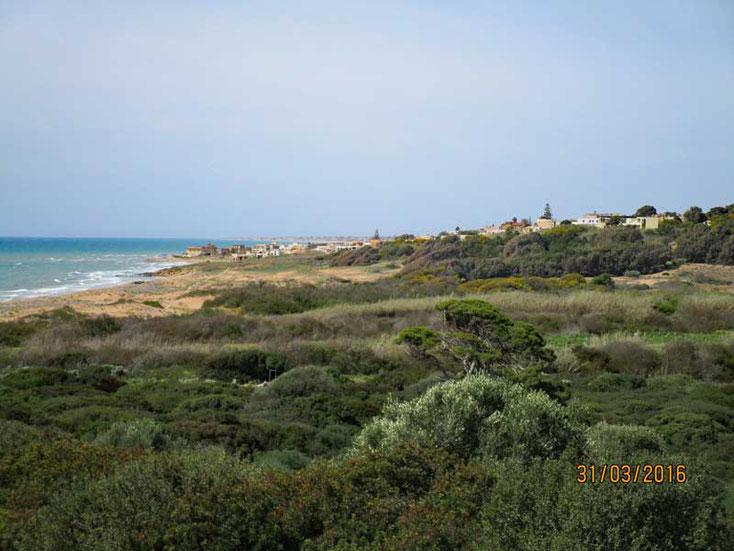 Sizilien 2016, Weiter Blick auf die Meereslandschaft von der archäologische Fundstätte Selinunte