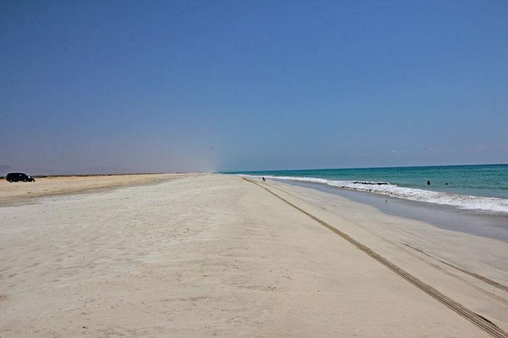 Oman, Urlaub 2017; Strand in Salalah, nur eine einsame muslimische Familie ist am Baden, wir halten uns fern.