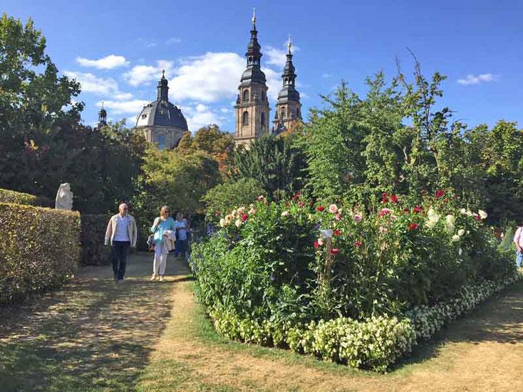 Im Dahliengarten mit Blick auf den Dom in Fulda