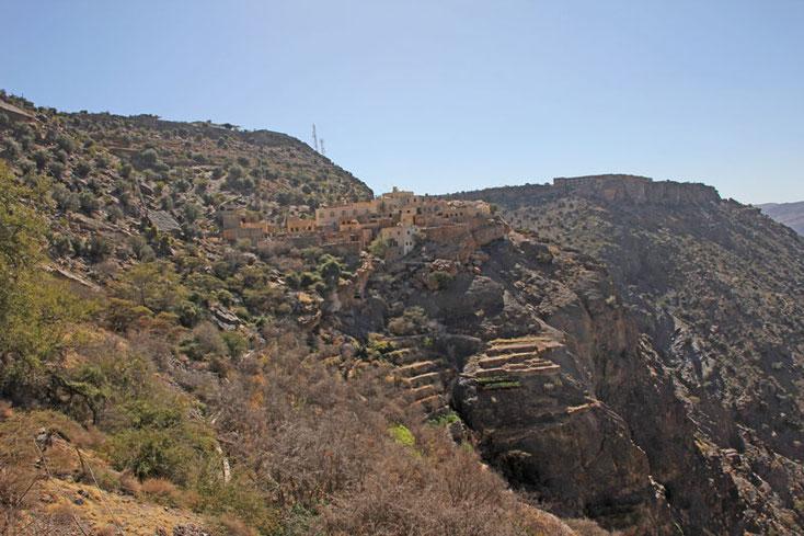 Oman Urlaub 2017; Blick zurück, ganz weit hinten unterhalb der Felsen steht das Auto