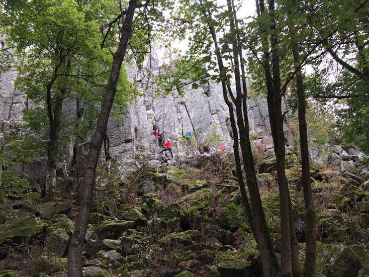 Kletterer an der Steinwand bei Poppenhausen in der Rhön.