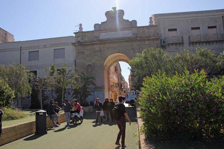 Sizilien 2016 - Marsala am Morgen Blick aufs Stadttor von innen