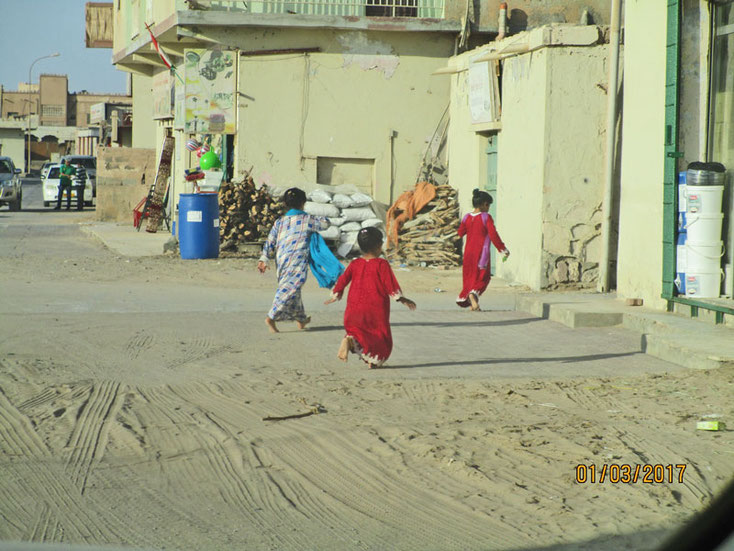 Bild 19a Kinder unterwegs auf der Straße