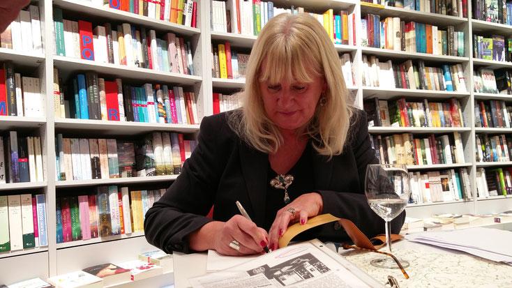 Lesen, Diskutieren und Signieren in der Buchhandlung Schlapp in Darmstadt-Eberstadt am 30.11.2017, Foto: Beatrix van Ooyen