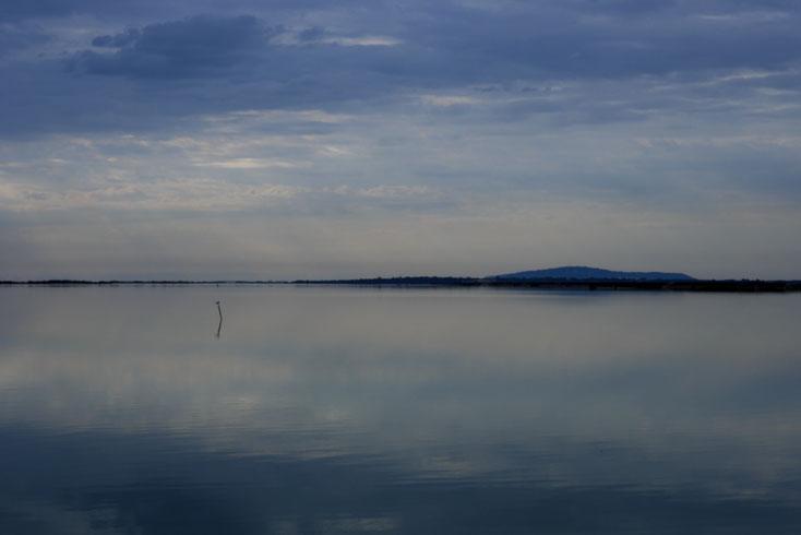 Mathieu Guillochon photographe, rivages, Languedoc, Hérault, mer, nuages, mont Saint Clair, reflet, lointains, bleu, gris, noir, blanc, après midi, récif, voyage, lagune, étang de Vic, Maguelonne, méditerrannée, France