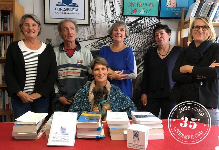 Les membres du Jury réunis autour d'Anne Quéméré (et Mlle Sasha) lors des délibérations qui se sont tenues le vendredi 11 octobre 2019 à Concarneau © Brieg Haslé-Le Gall / L&M 2019