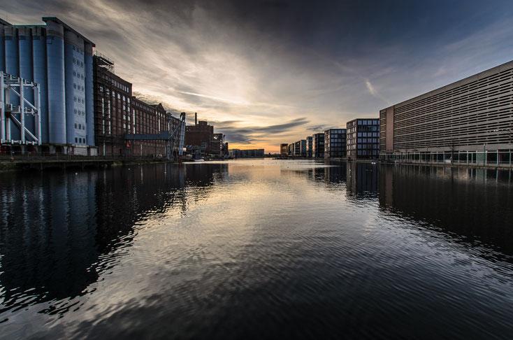 Ansicht des Duisburger Innenhafens bei Sonnenuntergang; Detektive der Kurtz Detektei Duisburg