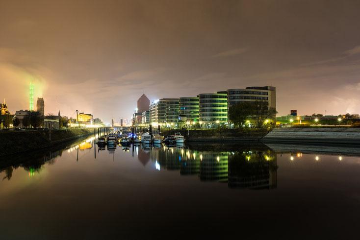Five Boats Offices im Duisburger Innenhafen beleuchtet bei Nacht; Kurtz Detektei Duisburg Mitarbeiterüberprüfung