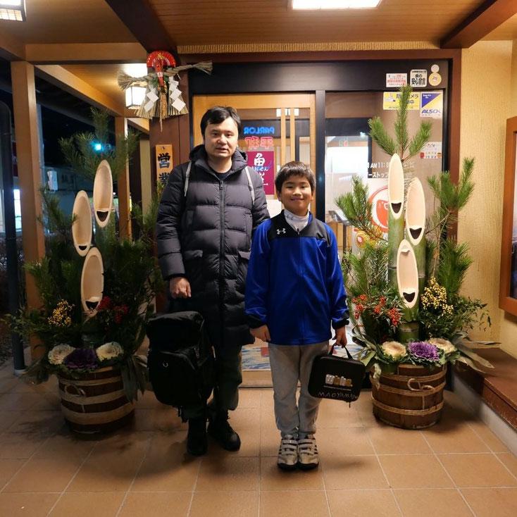写真:高山市三福寺にある回転寿し魚鮮の玄関前で撮影