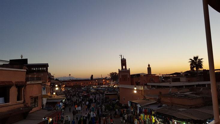 """""""Djemaa el Fna"""" Platz der Gehängten in Marrakech bei Sonnenuntergang"""