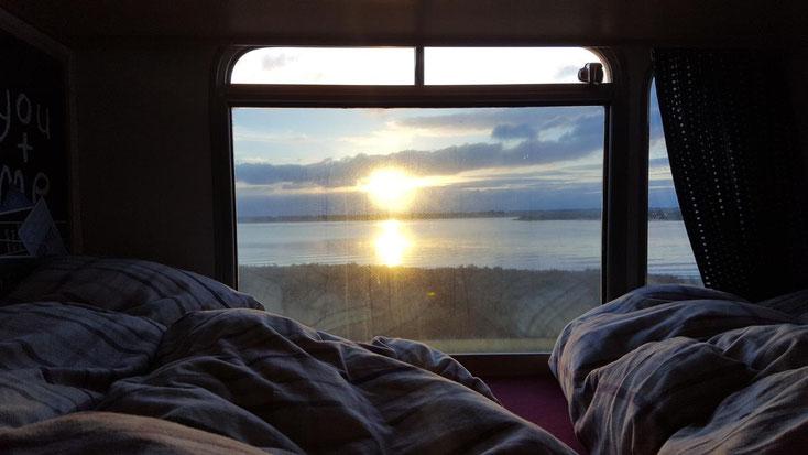 Mit diesem Sonnenaufgang, fotografiert  aus unserem Bett, verabschiedet sich die Adventssonne Portugals von uns.