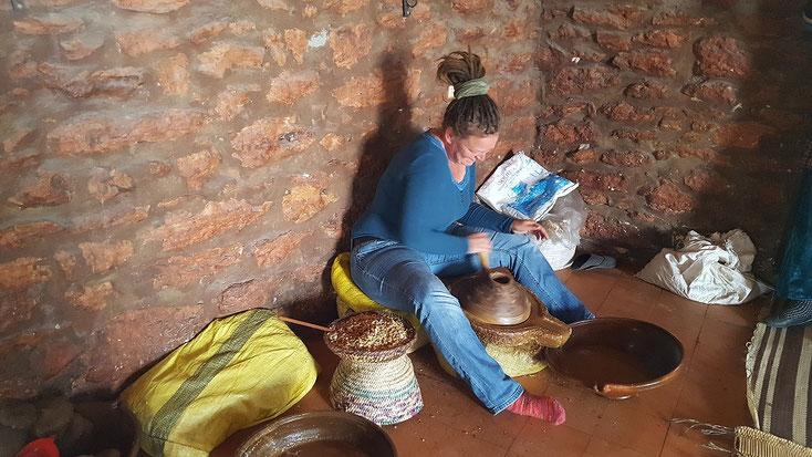 Karola beim Mahlen der Argan-Nüsse