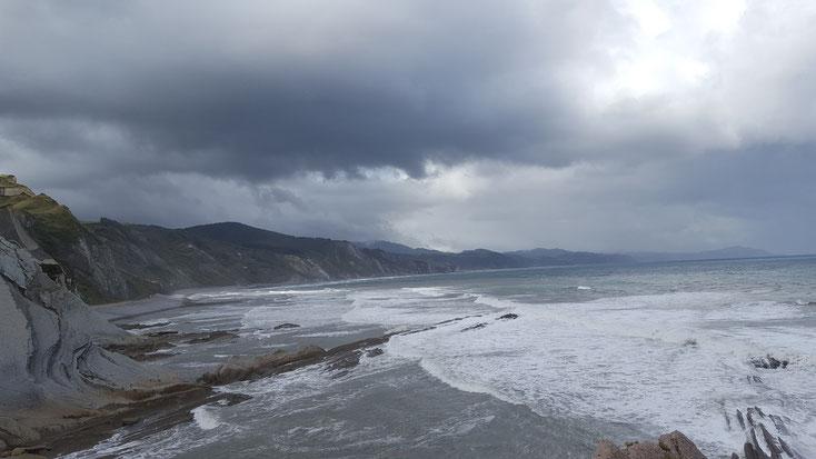 Küstenpanorama in der Nähe von Zumaia-Baskenland-