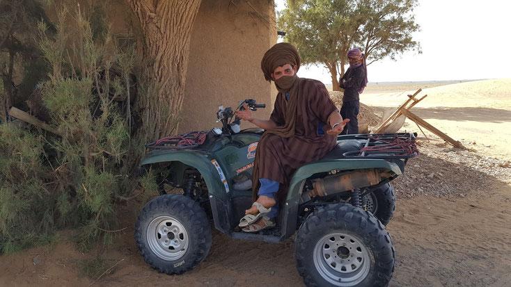 """.. der dazugehörige """"Herbergsvater""""-Berber....auf dem offiziellen Nachfolger des Kamels"""