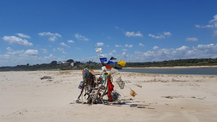 Kunstwerk aus Müll am Strand