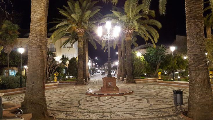 Platz in der Stadtmitte bei Nacht
