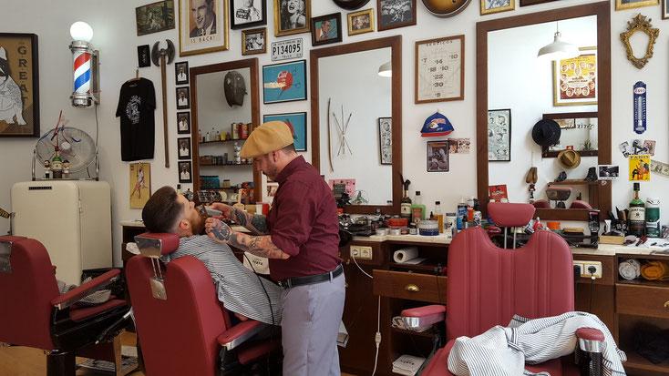 Barbier bei der Arbeit....sehr stylisch.