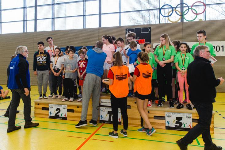 Bei der Siegerehrung werden 160 Medaillen und ein Wanderpokal an die erfolgreichen Teams verteilt. Alle müssen mithelfen!