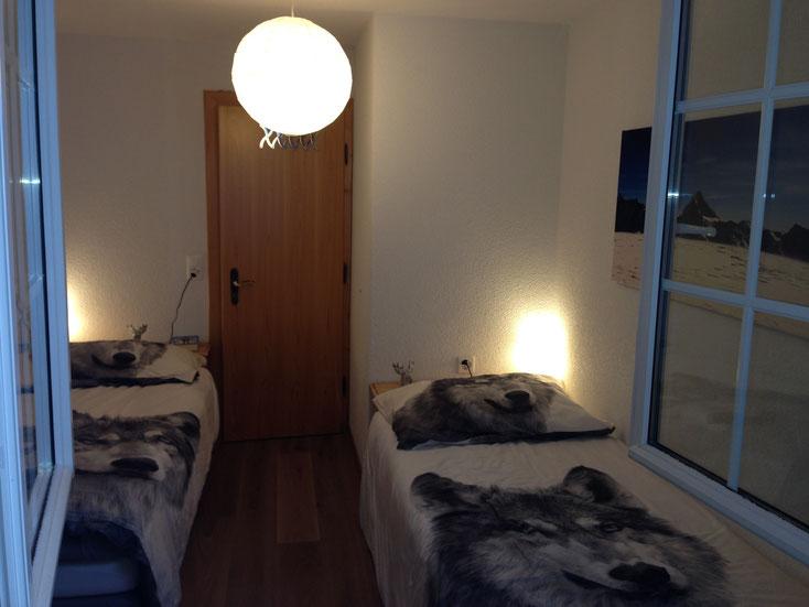 Kinderschlafzimmer mit zwei Einzelbetten (je mit einer Zusatzmatratze unten dran)