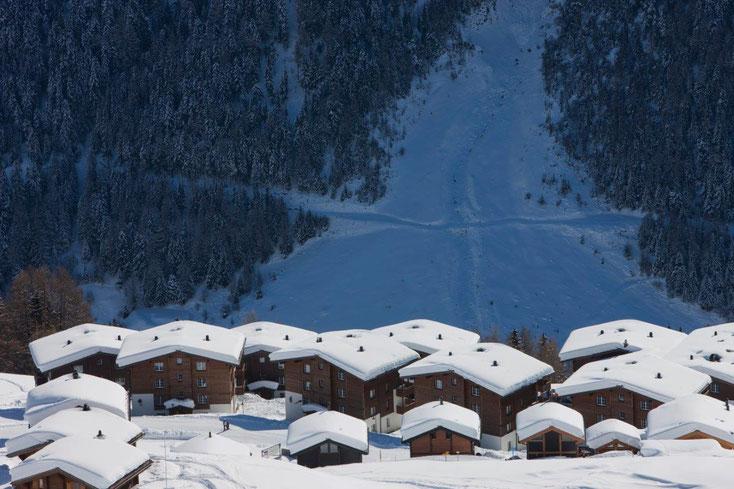 Aussicht von der Bergstation aufs Alpine Village (Fjäll: Untere Reihe, 2. v. r.).