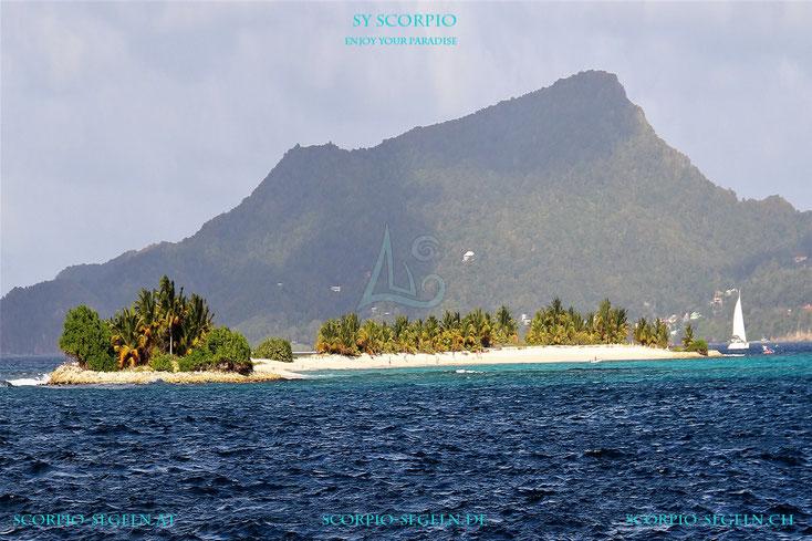 Die Segelyacht Scorpio auf einem Segeltörn vor Carriacou vor Sandy Island in der Karibik