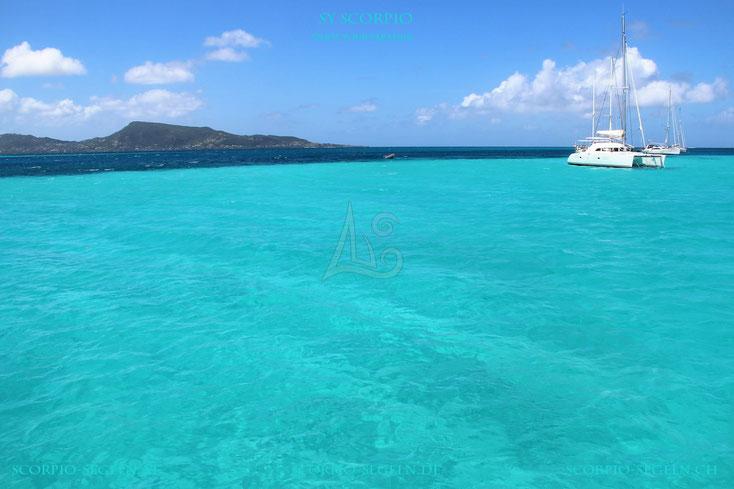 Die Segelyacht Scorpio ankert in den British Virgin Island, türkisblaues Meer, katamaran