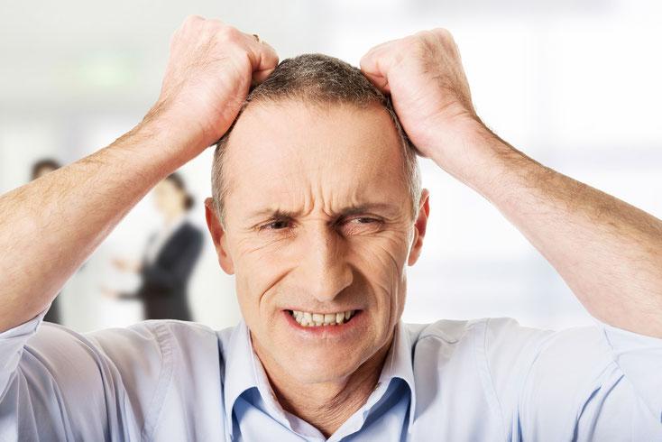 Älterer Mann rauft sich die Haare und beißt auf die Zähne; Kurtz Detektei Hamburg