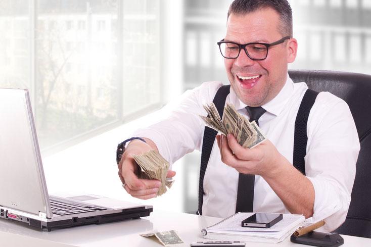 Mann mit Krawatte freut sich über Geldstapel in seiner Hand; Kurtz Detektei Hamburg