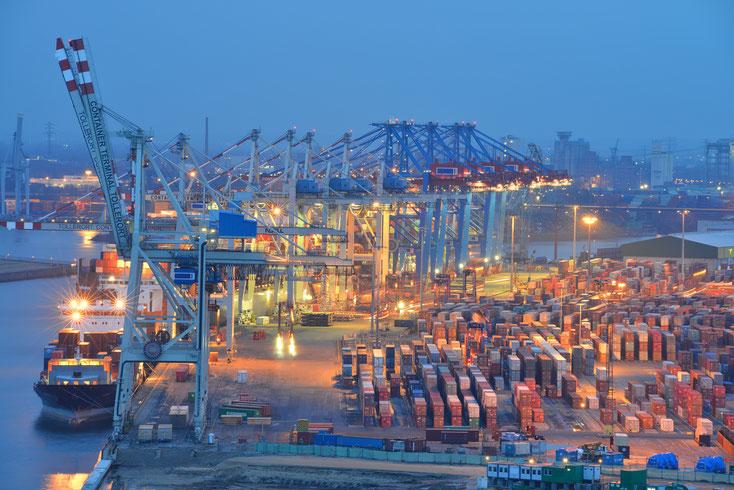 Hamburger Hafen mit Transportschiffen, Containern und Kränen; Kurtz Wirtschaftsdetektei Hamburg