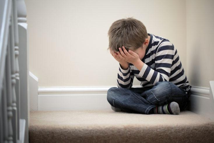 Kind weint einsam auf Treppe; Kurtz Detektei Hamburg