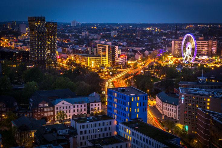 St. Pauli bei Nacht mit dem auffälligen Riesenrad. Detektive der Kurtz Detektei Hamburg.