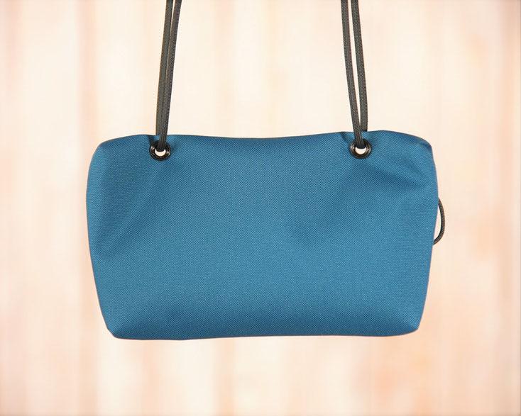 青いアウトドアバッグ