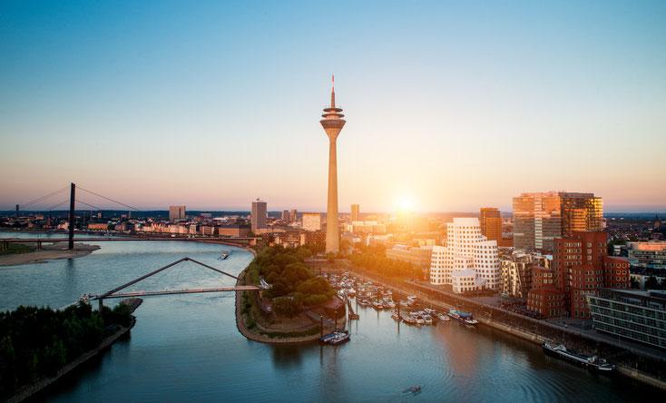 Düsseldorf und Rhein im Sonnenuntergang; Detektive der Kurtz Wirtschaftsdetektei Düsseldorf
