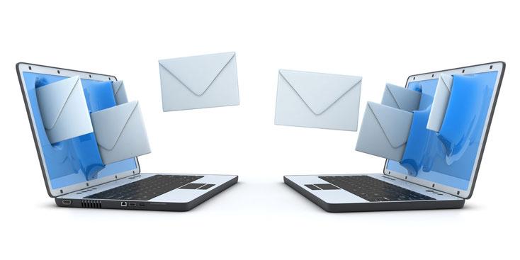 Briefe werden zwischen zwei Laptops hin- und hergeschickt; Kurtz Detektei Düsseldorf, IT-Forensik