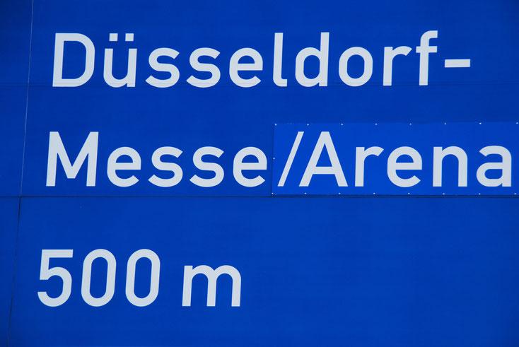 "Blaues Verkehrsschild ""Düsseldorf-Messe/Arena 500 m""; Kurtz Detektei Düsseldorf"