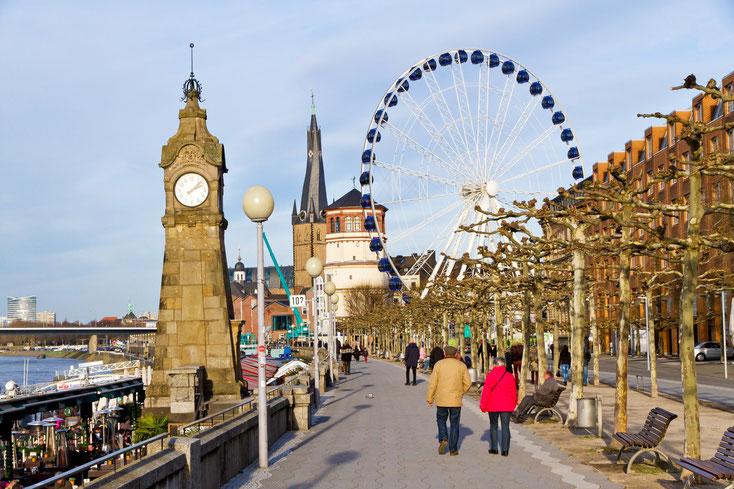 Rheinpromenade in Düsseldorf mit Standuhr, Altstadt und Riesenrad; Kurtz Privatdetektei Düsseldorf
