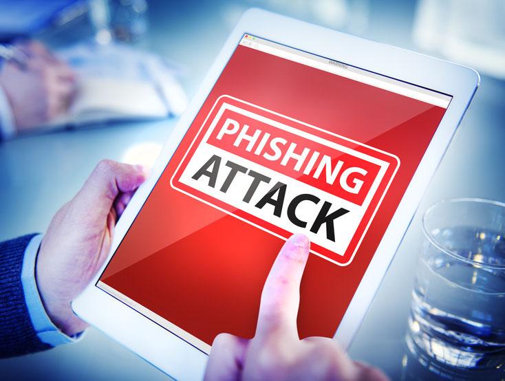 """Banner """"Phishing Attack"""" auf dem Display eines Tablets in den Händen eines Mannes im Anzug; IT-Sicherheit Kurtz Detektei Düsseldorf"""