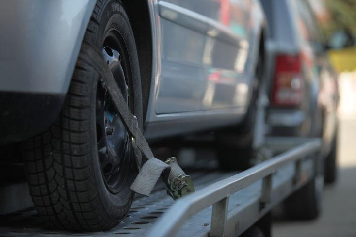Fahrzeugrückführung Kurtz Detektei Köln, Auto auf Abschleppfahrzeug