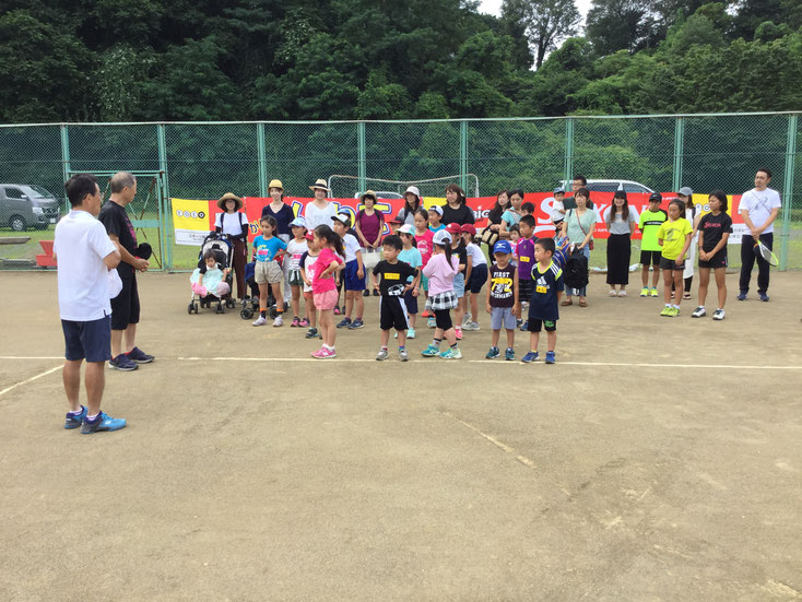「これからテニス教室をはじめます!」 初めてテニスを体験する子供たちも多く、わくわくの顔