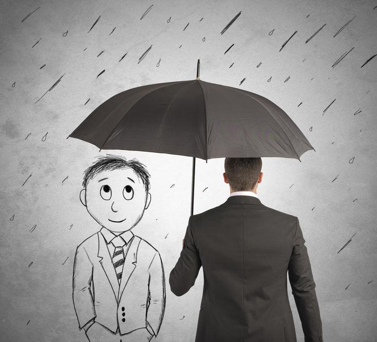 Mann schützt Zeichenfigur vor Regen; Detektei Saarbrücken, Detektiv Saarland, Privatdetektiv Saarbrücken