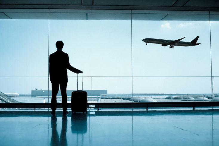 Mann mit Koffer am Flughafen; Detektei Saarbrücken, Detektiv Saarland, Privatdetektei