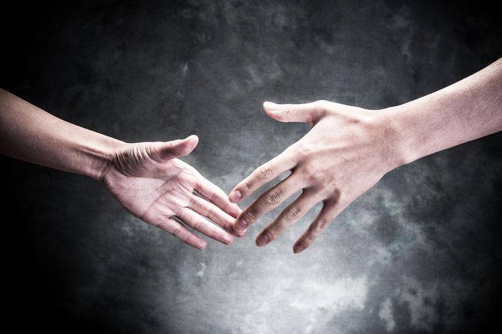 Hände, die sich berühren; Privatdetektiv Saarland | Privatdetektei Saarbrücken | Privatermittler