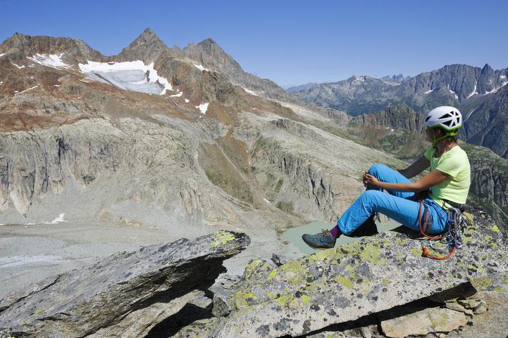 Auf dem Gipfel vom Chlynen Diamantstock (2.737m), Blick zum Gruebenhütte, Golegg-Gletscher, Golegghorn, Steinlauihorn. Foto: Helmut Schule, 2018