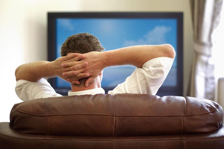Mann sieht fern; Detektei Kiel, Wirtschaftsdetektiv Kiel, Detektiv Schleswig-Holstein