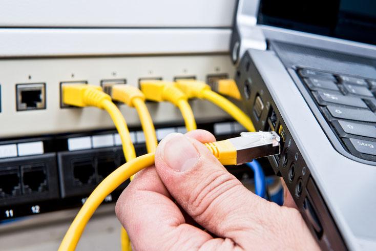 Netzwerkkabel an Laptop anschließen; Datensicherheit, Wirtschaftsdetektei Kiel