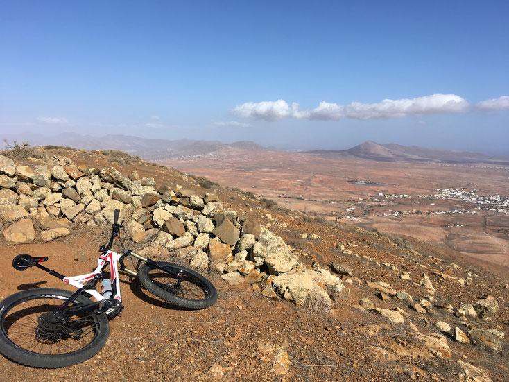 Typischer Windschutz aus halbrund geschichteten Steinen, hier auf dem Grat zwischen Antigua (rechts) und Betancuria (nicht auf dem Foto, links). Und es pfeift wirklich ein irrer Wind.