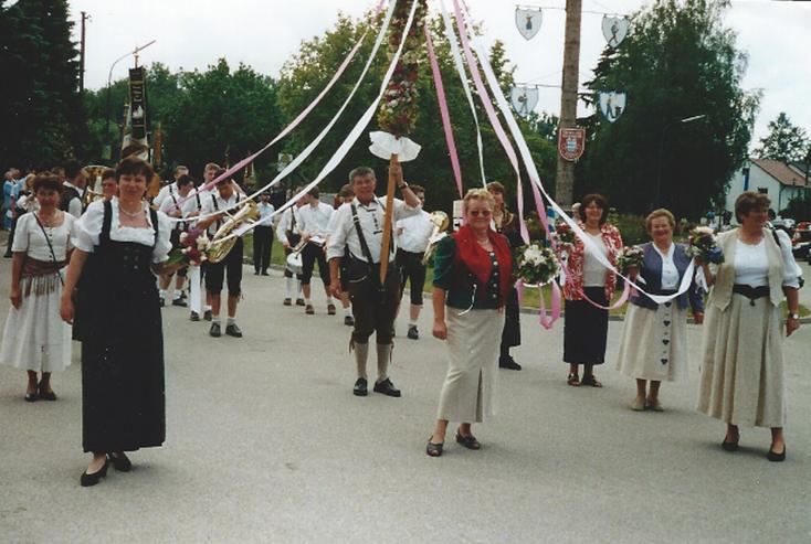 Der Gartenbauverein Vohburg ist wieder mit einer Blumenstange unterwegs, diesmal in Dünzing, wo die Feuerwehr ihr 125jähriges Gründunsfest feiert.