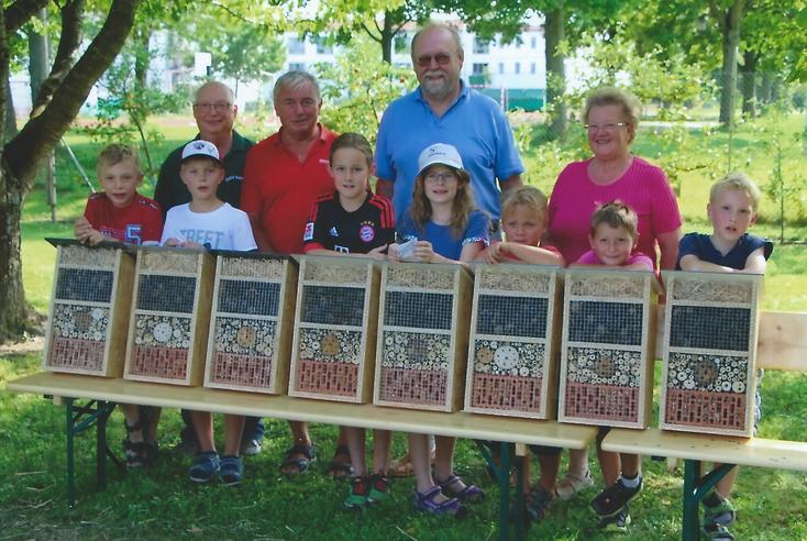 Stolz präsentieren die Kinder ihre fertigen Insektenhotels   -   alle Fotos: Hans Koch
